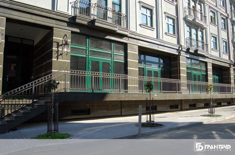 Облицювання фасаду гранітними плитами багатоквартирного будинку у Львові