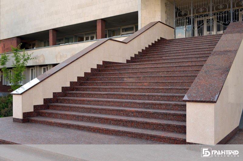 Завершили монтаж сходів центрального входу РАГСу м. Луцьк
