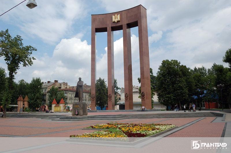 Завершили облицювання гранітними плитами тріумфальної арки у Львові